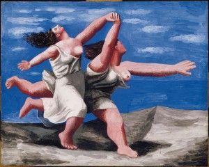 Deux femmes courant sur la plage.