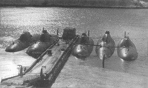 Immagine 3 sottomarini nucleari da attacco sovietici classe Alpha all'attracco in una base nell'Artico o nel Baltico