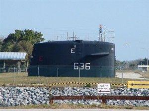Immagine 2 la torretta dell'USS Nathanael Greene (SSBN 636) posta all'ingresso della rada di Cape Canaveral