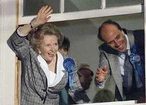 Immagine 1. Margaret Thatcher saluta i suoi sostenitori dalle sede  del partito conservatore dopo l'annuncio ufficiale del suo successo alle elezioni del 1987.