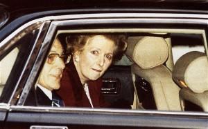 Immagine 10. Un momento destinato ad entrare nella storia. Margaret Thatcher dà le dimissioni se ne va il 22 novembre 1990, chiudendo un'era. Fu la prima donna a ricoprire l'incarico di primo ministro e il primo inquilino di Downing Street a ricevere tre mandati elettorali consecutivi. La Lady di ferro non riesce a trattenere l'emozione, i suoi occhi lucidi sono impietosamente ripresi da decine di fotografi ed operatori televisivi.
