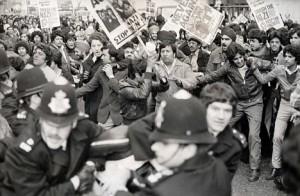 Immagine 2. Duri scontri tra gruppi neofascisti e militanti antirazzisti e di sinistra furono frequenti tra la fine degli anni '70 e la seconda metà degli anni '80.