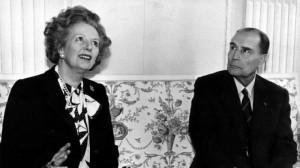 """Durante una conferenza stampa ad un vertice europeo  la Lady di ferro parla con i giornalisti, mentre il presidente francese Mitterrand sembra guardarla tra il sospettoso ed il preoccupato. Inizialmente sottovalutata, la Thatcher con il suo """"euroscetticismo"""" militante divenne presto l'incubo degli altri leaders euoropei."""