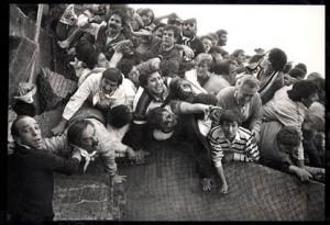 29 maggio 1985. I terribili momenti della finale di Coppa dei Campioni Liverpool – Juventus all'Heysel Stadium di Bruxelles, quando la folla dei tifosi italiani terrorizzata dalla carica degli hooligans inglesi si sfracellò contro le deboli recinzioni dello stadio belga: 38 morti che segnarono la fine dell'età dell'innocenza per il calcio e la presa di coscienza del problema violenza attorno allo sport.