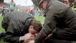15 aprile 1989: un poliziotto tenta disperatamente di salvare con la respirazione bocca a bocca un ragazzino schiacciato nella calca dell'Hillsborough Stadium. Sarà la più grande tragedia dello sport inglese, 96 morti causati dalle strutture obsolete e dall'impreparazione delle autorità.