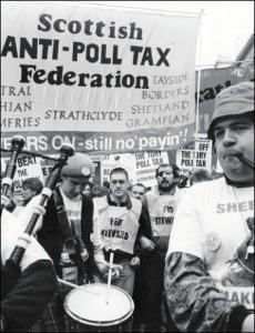 L'introduzione della Poll Tax o Community Charge generò una sollevazione popolare enorme. Le classi lavoratrici già colpite dalla riforma economica si misero di traverso, assieme alle forze politiche di opposizione. La tassa riuscì nella non facile impresa di scontentare anche l'elettorato conservatore. Fu un flop amministrativo e venne rapidamente eliminata dopo l'uscita di scena della Thatcher.