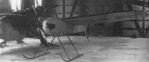 1917 circa, una rara fotografia di un prototipo dell'Aerial Target in un hangar del Royal Fliyng Corps.