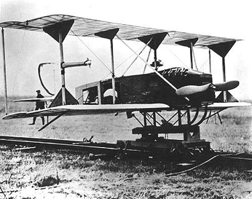 """Ripreso su una catapulta a rotaia, uno velivolo sperimentale radiocomandato """"Sperry Flying Torpedo"""" della US navy."""