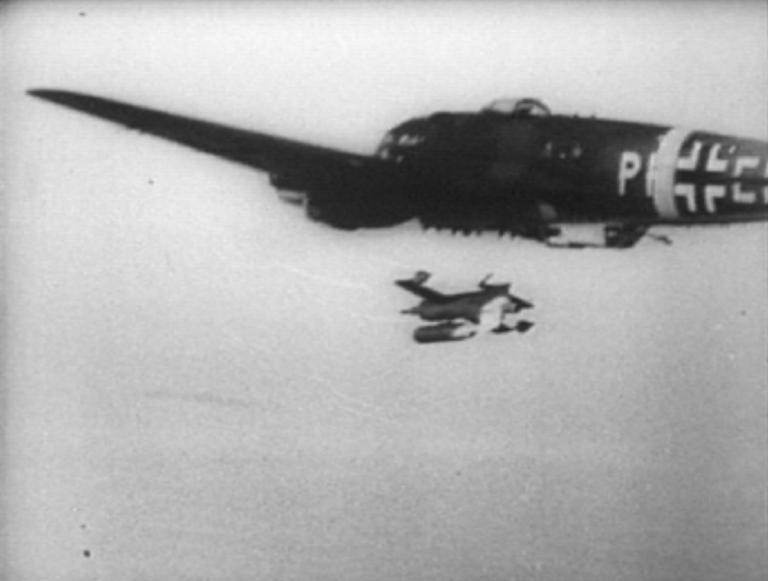 Un fotogramma di un raro filmato della seconda guerra mondiale immortala il lancio di prova di un'arma teleguidata HS 293 da un bombardiere Heinkel 111 H6. Ancora pochi istanti e l'accensione del razzo propulsore renderà il velivolo comodamente controllabile dall'operatore d'arma sull'aereo madre.