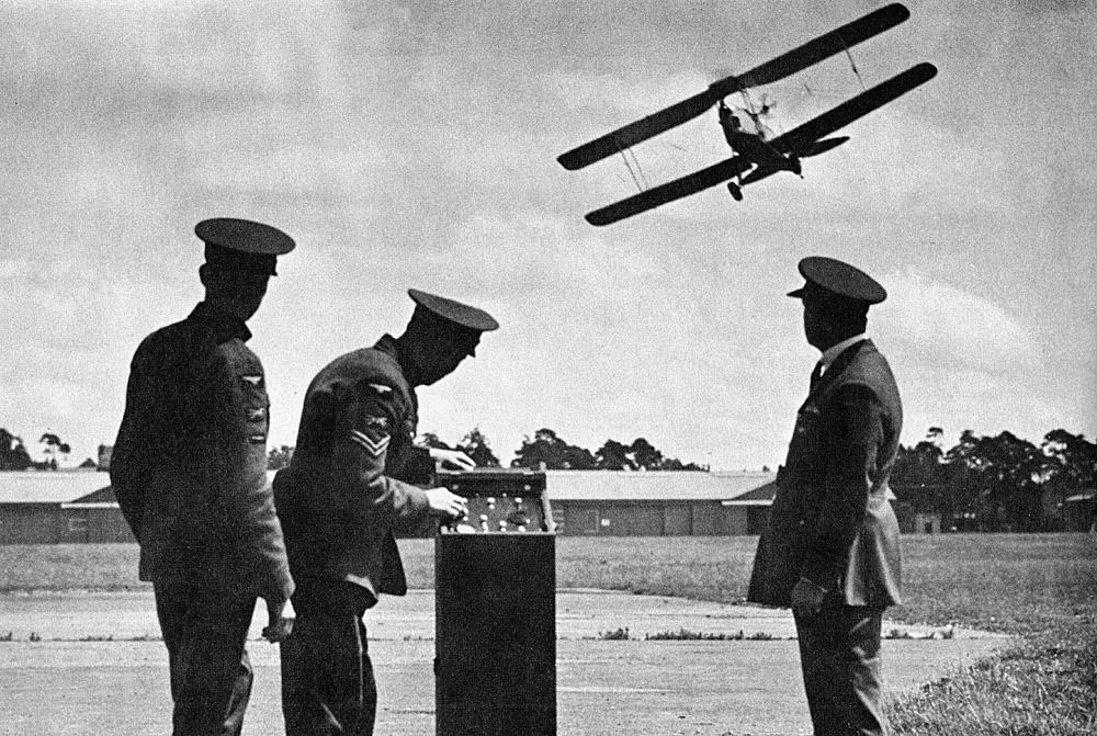 """Inghilterra, metà degli anni '30. Militari della Royal Air Force guidano un bersaglio volante """"Queen Bee"""" a pochi metri dal suolo."""