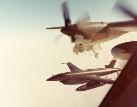 In una foto dei primi anni 70, un Teledyne Ryan AQM 34 Firebee viene sganciato dall'ala di un DC 130 Hercules per iniziare un'altra missione di ricognizione profonda sul Vietnam del Nord.