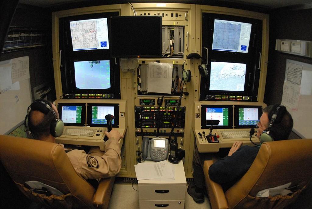 Una sala di pilotaggio per RPV in una base militare americana. Da qui si possono condurre azioni di guerra potenzialmente su  tutta la superficie terrestre, senza alcun pericolo per i piloti.