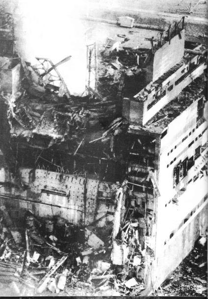 Edificio del reattore numero 4 esploso.