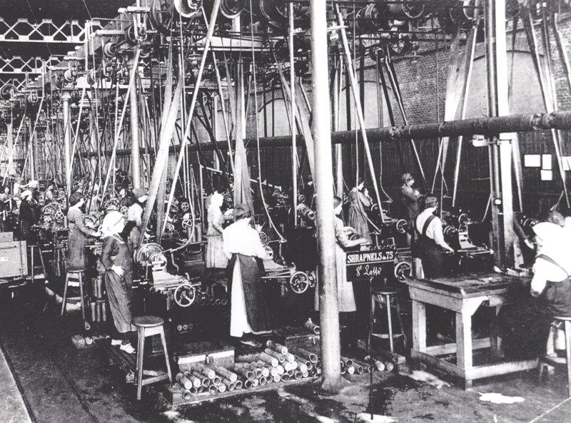 Operaie intente alla costruzione di granate a frammentazione calibro 75 millimetri (come si può notare dalla scritta shrapnel 75) negli impianti di Sesto San Giovanni. La foto è del 1915.