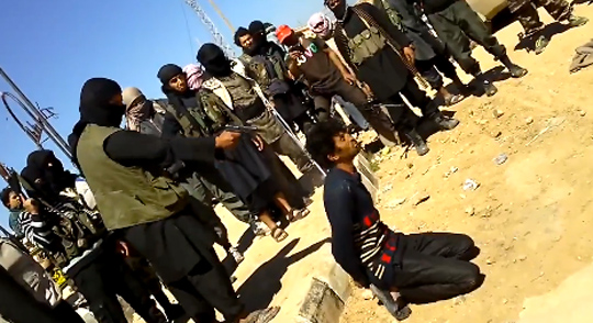 Esecuzione di un prigioniero da parte di un miliziano dell'ISIS.