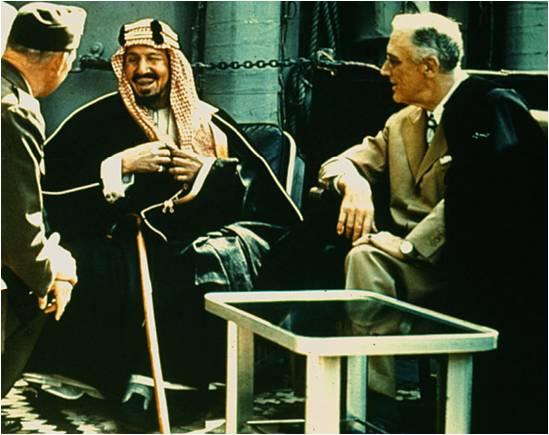 1945, il presidente statunitense Franklin Delano Roosevelt di rientro dalla conferenza di Yalta che disegnerà il mondo dopo la seconda guerra mondiale, si ferma in Arabia saudita a parlare con re Abdul Aziz bin Saud.