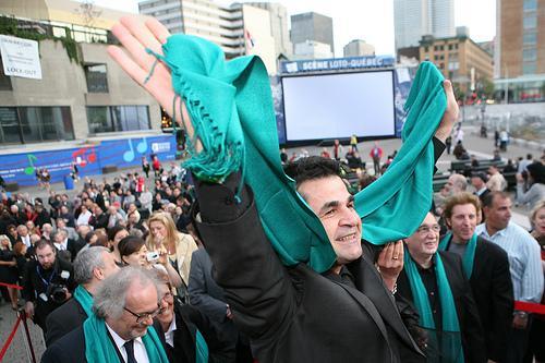 Il regista a Settembre vola in Canada per partecipare come presidente della giuria al Montreal World Film Festival. Qui convince i membri della giuria ad indossare le sciarpe verdi durante le cerimonie di apertura e chiusura, in segno di solidarietà verso il Movimento Verde.